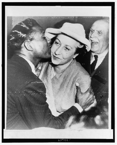 Sugar Ray Robinson kisses First Lady Auriol